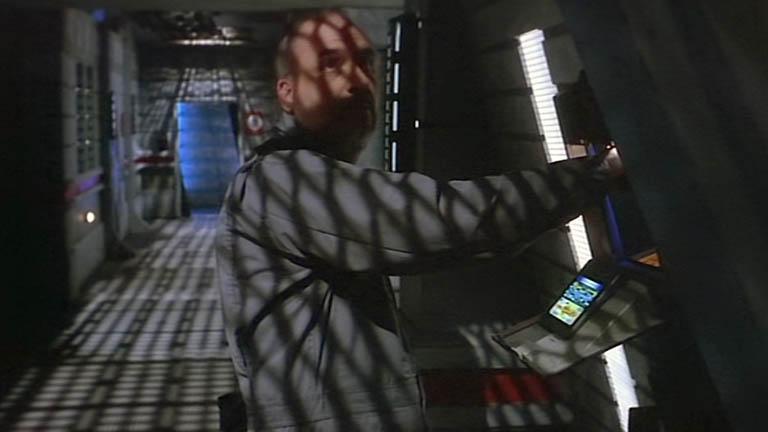 Ход конем, создатель сериала JMS сам выключает станцию.